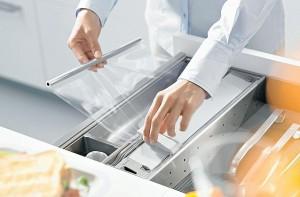 wkłady do szuflad blum obcinarka do folii4 300x197 Wkłady do szuflad   ciekawe akcesoria kuchenne, które pomogą w lepszej organizacji kuchni